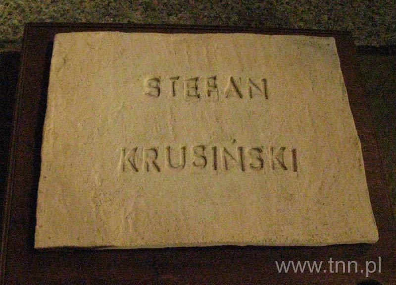 Gliniana tabliczka z nazwiskiem Stefana Krusińskiego