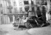 """Niszczyciel czołgów Sd.Kfz. 164 """"Nashorn"""" na ul. Bernardyńskiej w 1944 roku."""